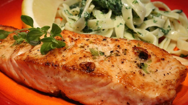 Baked salmon fillet with spinach tagilatelle